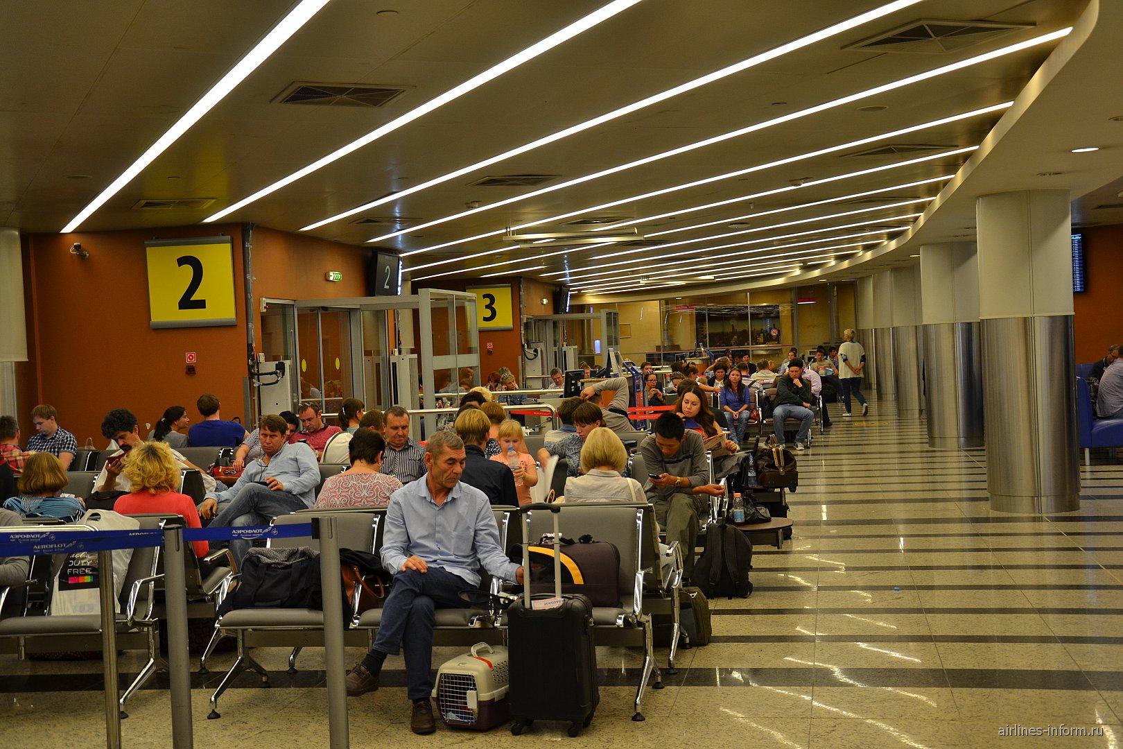 Зал ожидания на нижнем уровне в чистой зоне терминала D аэропорта Шереметьево