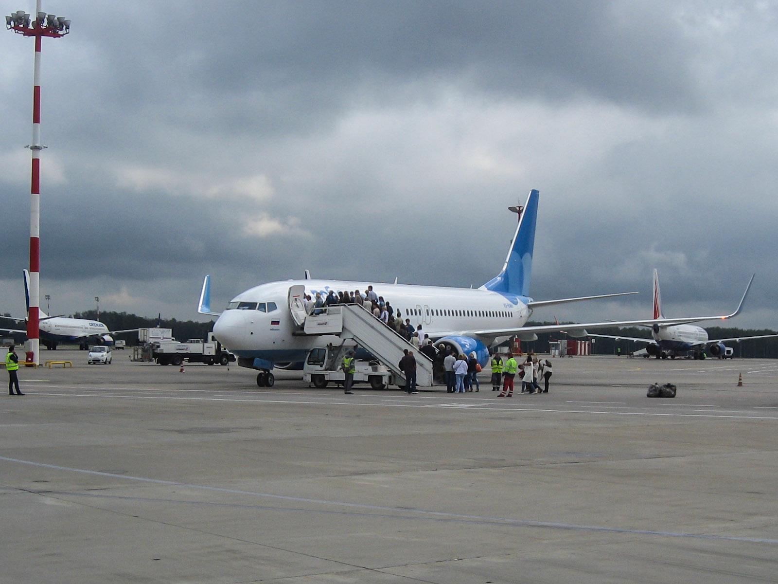 """Посадка в самолет Боинг-737-800 авиакомпании """"Победа"""" в аэропорту Внуково"""