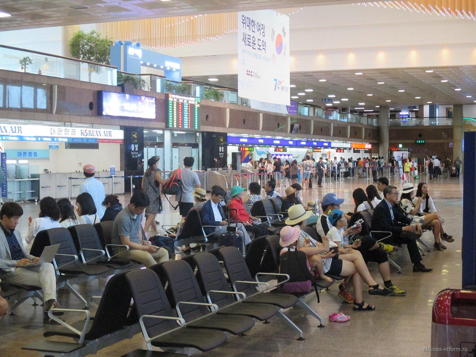 В терминале внутренних рейсов аэропорта Пусан Гимхэ