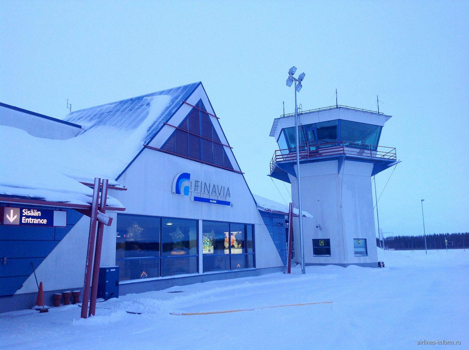 Аэровокзал и диспетчерская башня аэропорта Каяни со стороны перрона