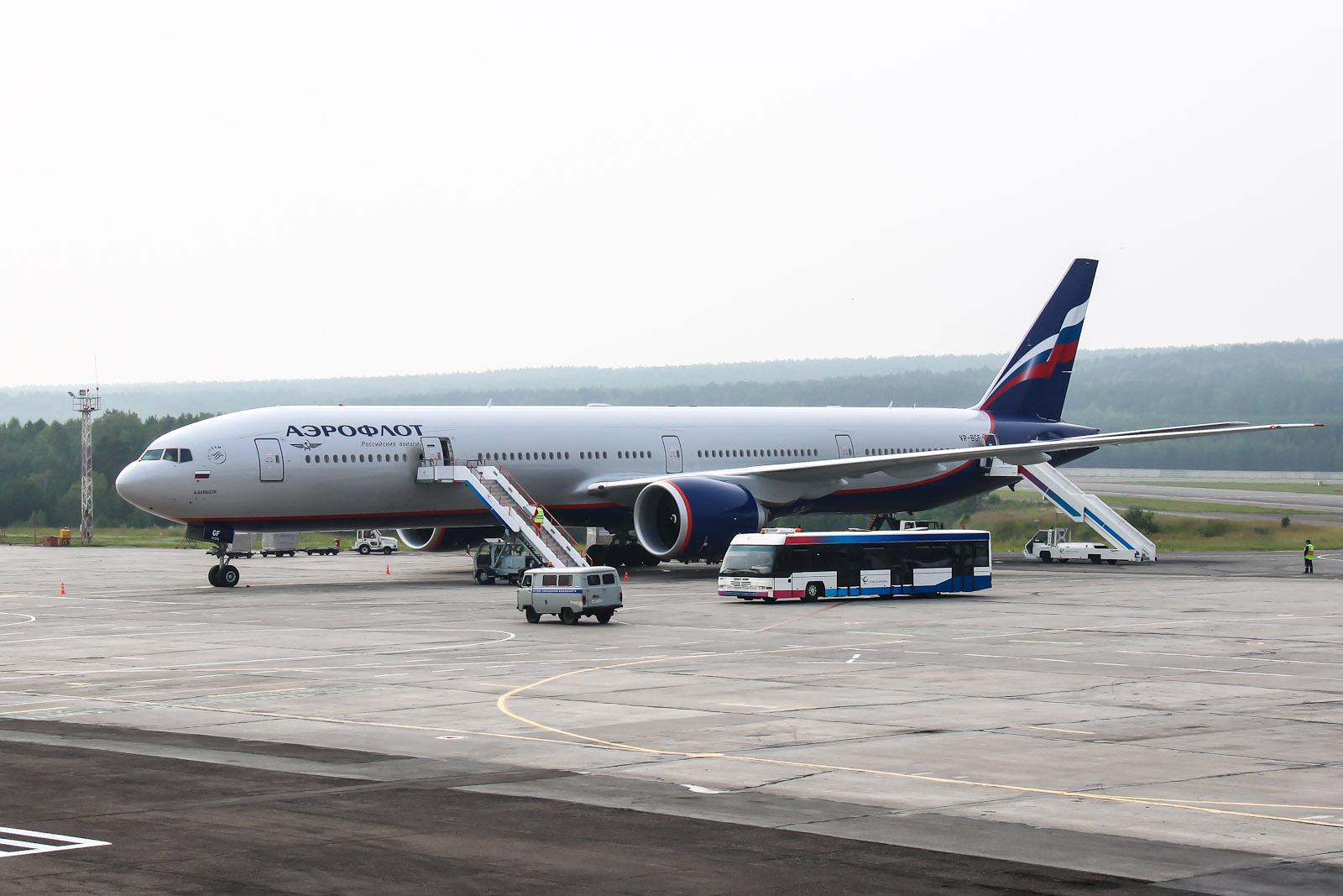 Боинг-777-300 Аэрофлота в аэропорту Красноярска
