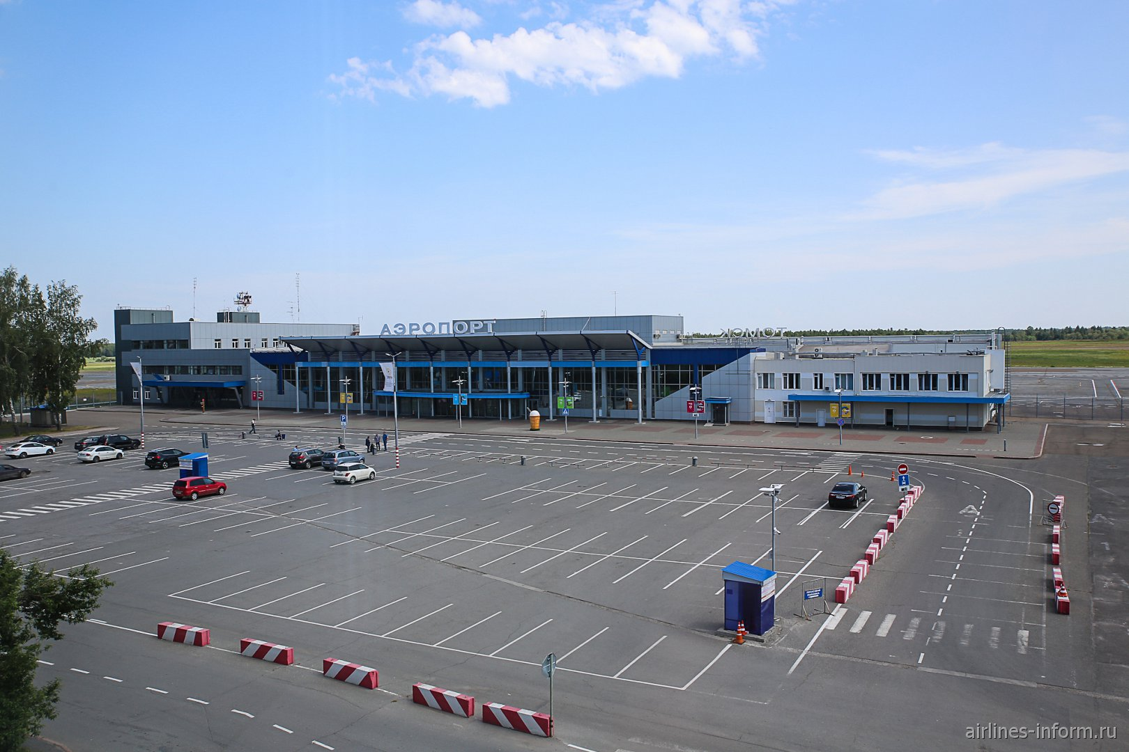 Автомобильная парковка и пассажирский терминал аэропорта Томск