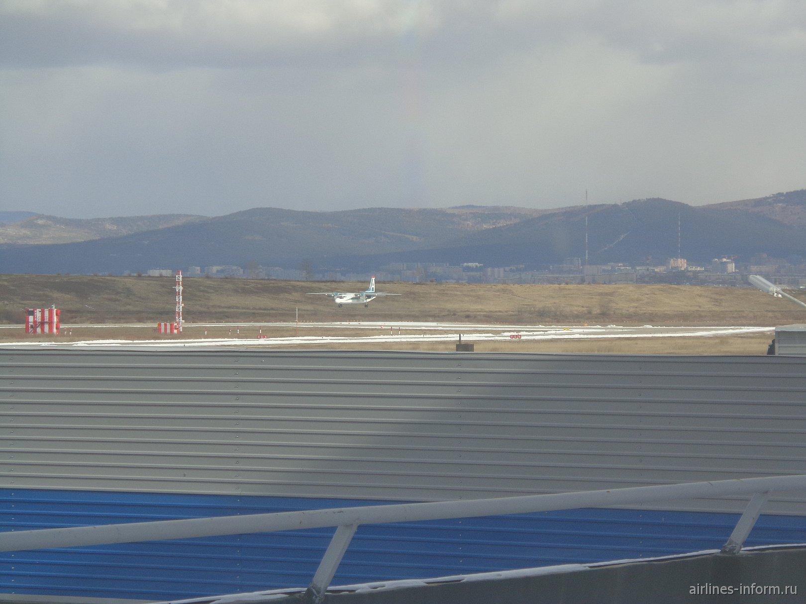 АН-24 авиакомпании Ангара над ВПП аэропорта Кадала, города Чита