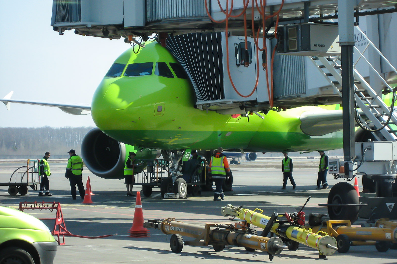 Подготовка Airbus A319 авиакомпании S7 Airlines в аэропорту Домодедово