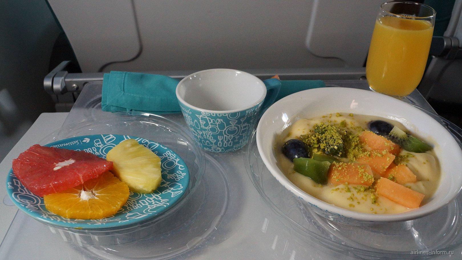 Питание в бизнес-классе на рейсе Мюнхен-Бари авиакомпании Air Dolomiti