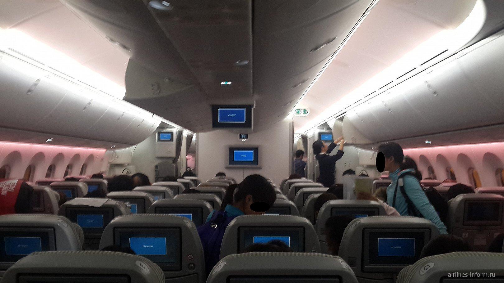 Салон самолета Боинг-787-8 авиакомпании JAL