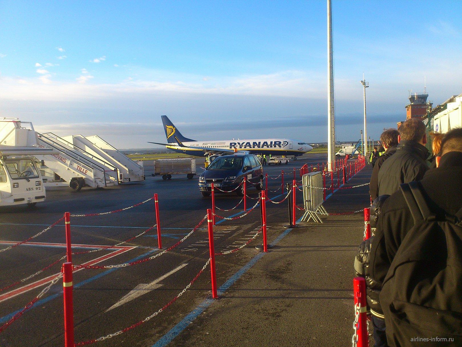 Самолет авиакомпании Ryanair в аэропорту Париж Бове