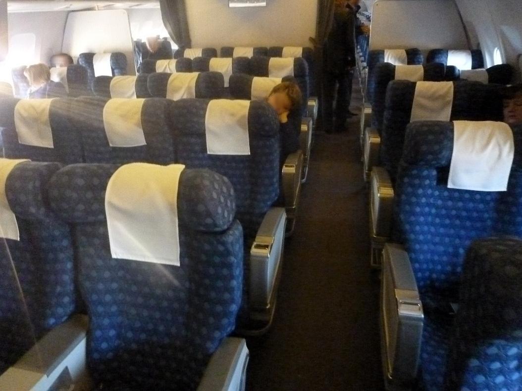 Салон бизнес-класса в самолете Airbus A310 Узбекских авиалиний