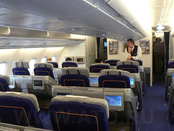 Салон бизнес-класса в самолете Airbus A380 авиакомпании Lufthansa