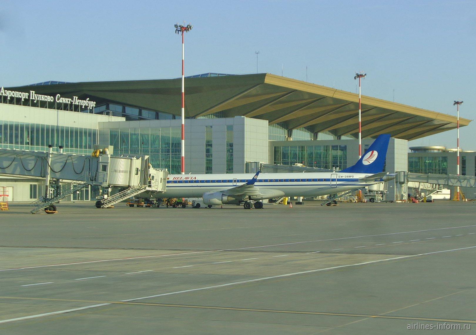 Вид с перрона на пассажирский терминал аэропорта Санкт-Петербург Пулково