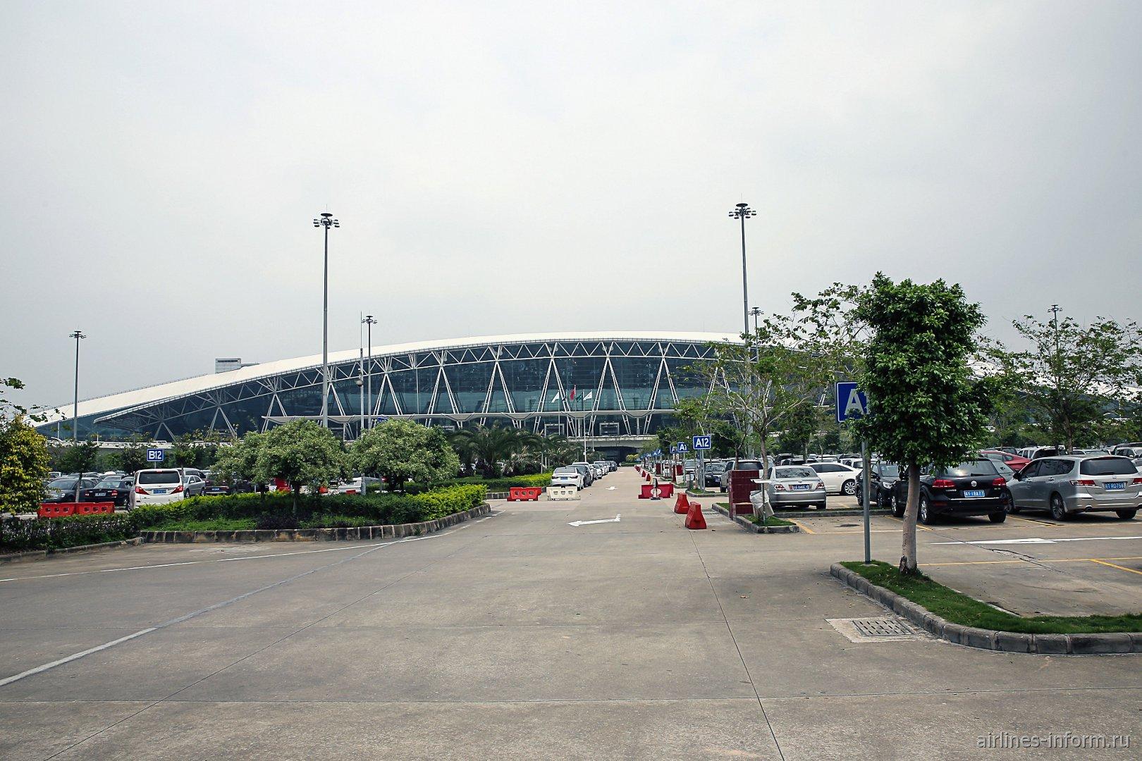Парковка у пассажирского терминала аэропорта Гуанчжоу Байюнь