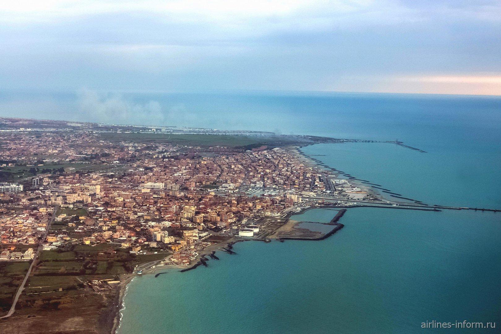 Город Фьюмичино и дельта реки Тибр