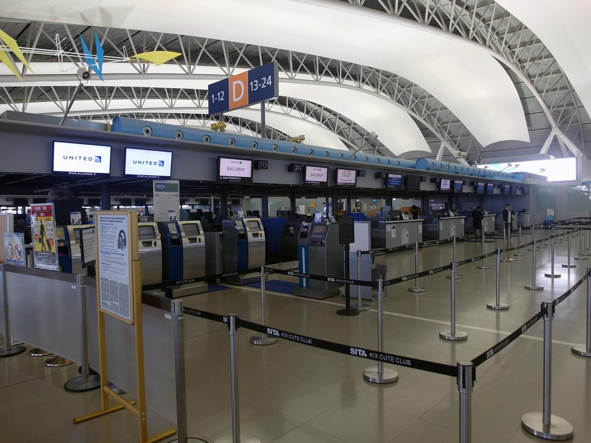 Стойки регистрации авиакомпании United в аэропорту Осака Кансай