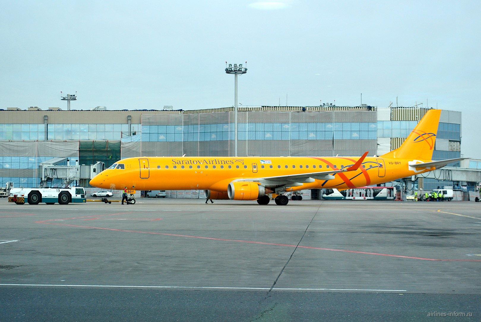 Самолет Embraer 195 Саратовских авиалиний в аэропорту Домодедово