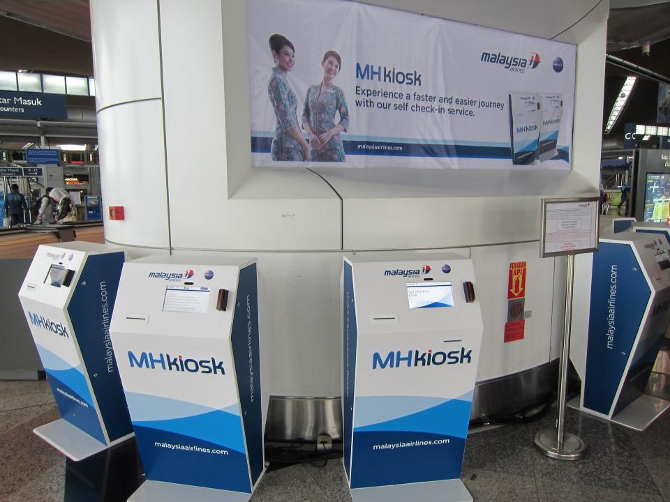 Стойки самостоятельной регистрации на рейсы Malaysia Airlines в аэропорту Куала-Лумпур