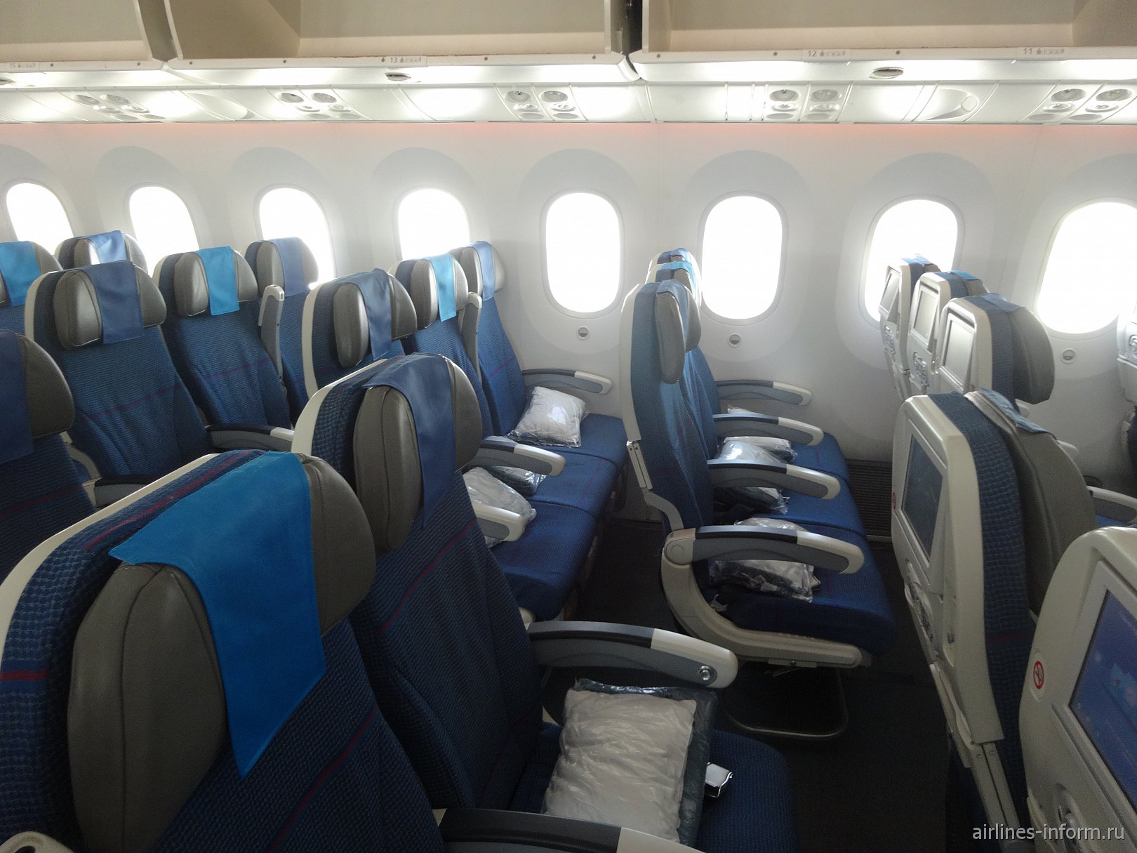 Экономический класс в самолете Боинг-787-8 авиакомпании LOT
