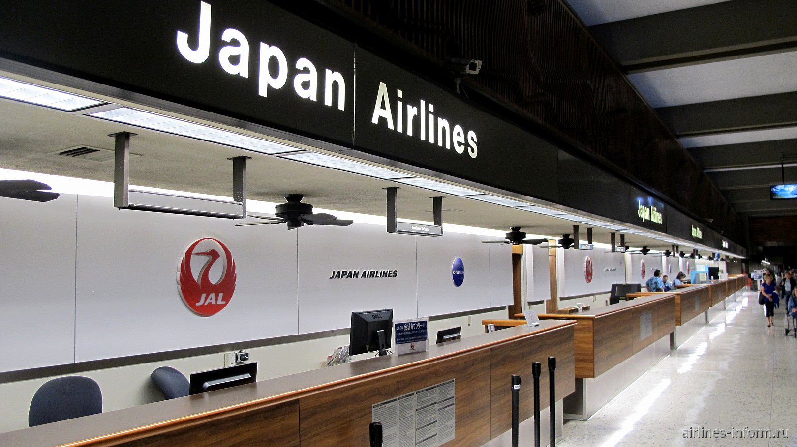 Информационные стойки Японских авиалиний в аэропорту Гонолулу