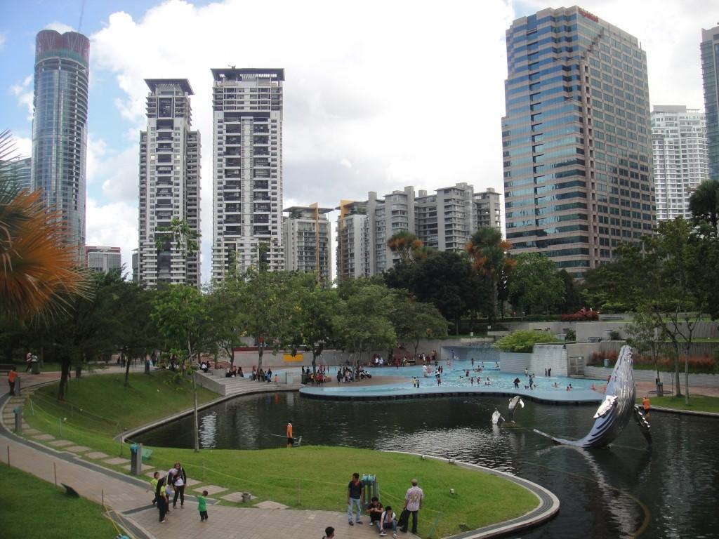Площадь у башен Петронас в Куала-Лумпуре