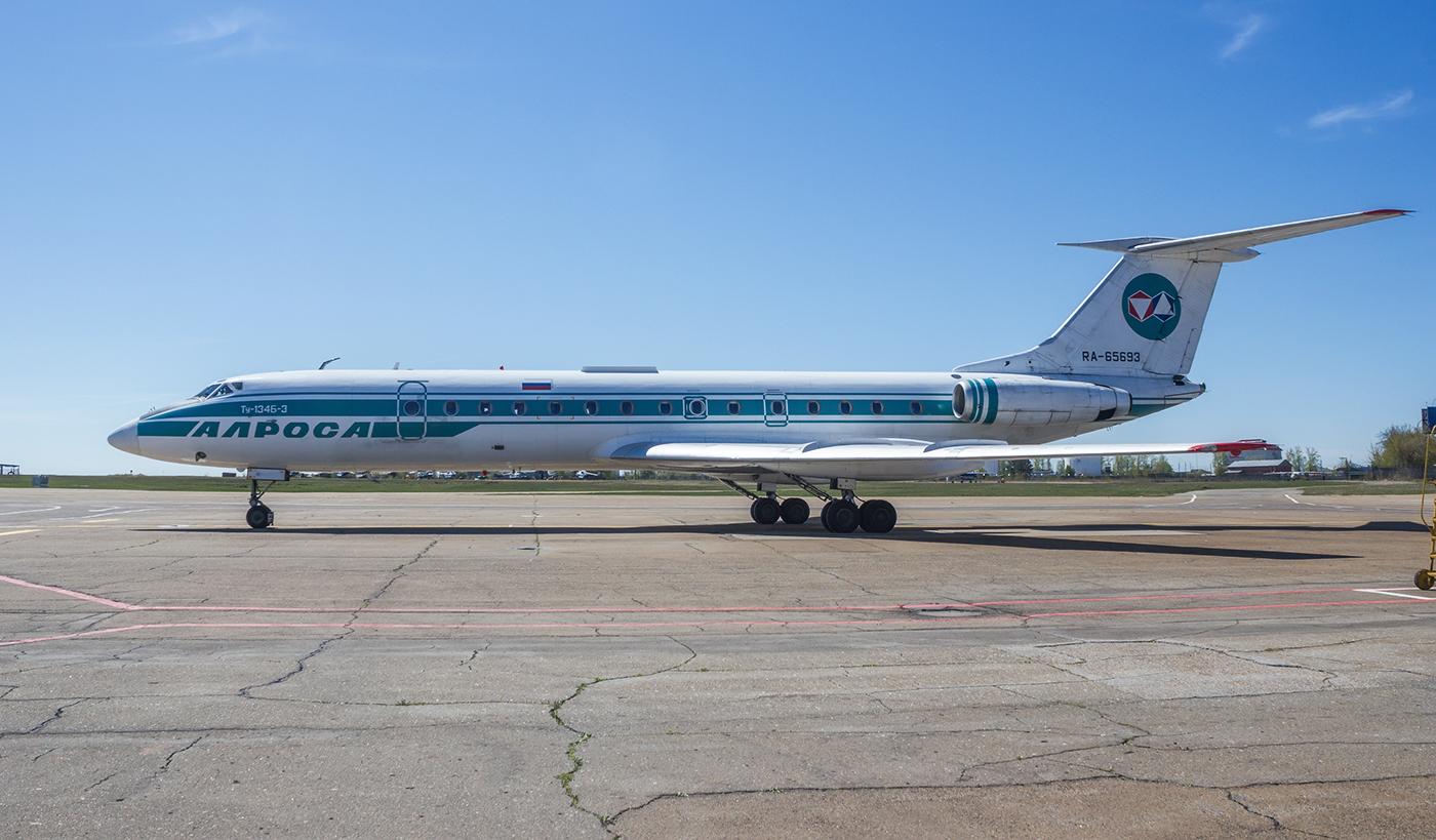 """Самолет Ту-134 RA-65693 авиакомпании """"Алроса"""" в аэропорту Иркутска"""