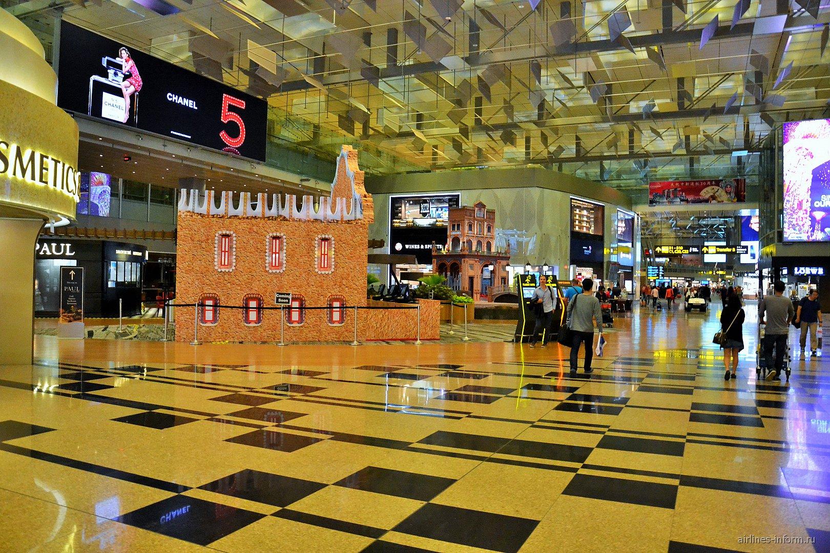 Зона магазинов дьюти-фрии в терминале 3 аэропорта Сингапур Чанги