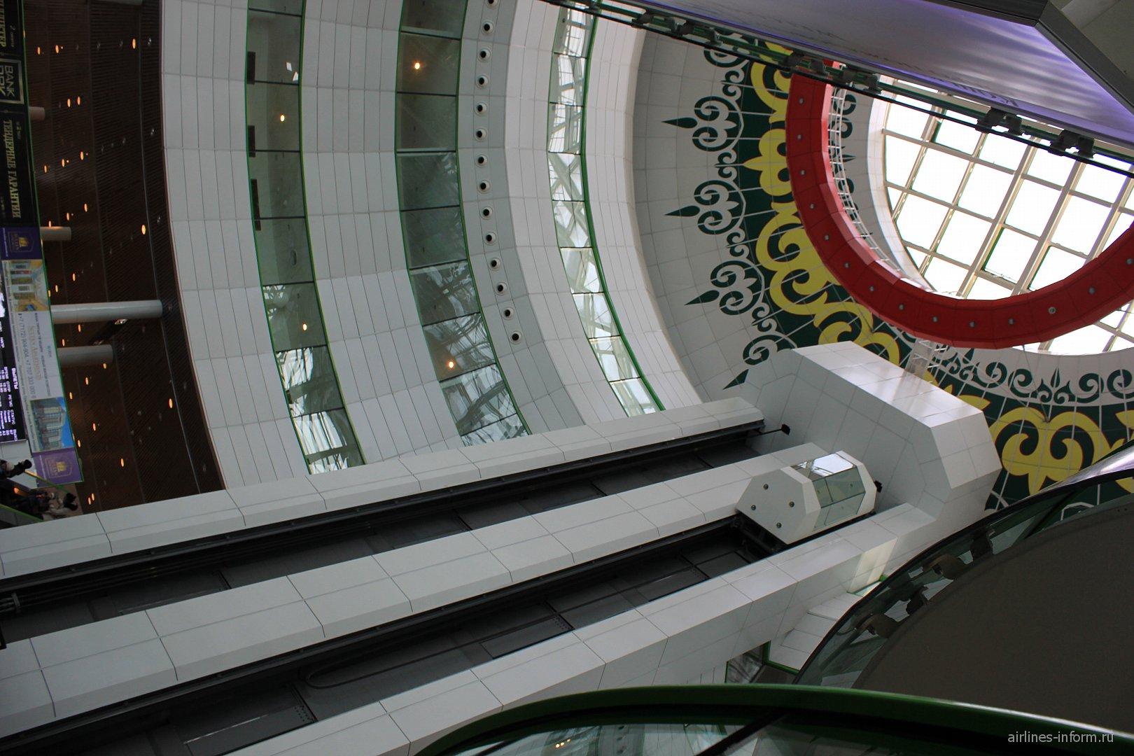 Лифт и крыша пассажирского терминала аэропорта Астана
