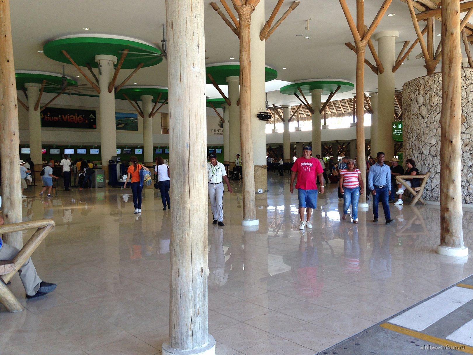 Зал регистрации на вылетающие рейсы в аэропорту Пунта-Кана