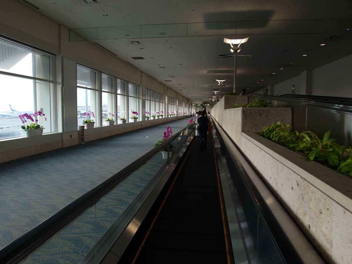 Переход в аэропорту Наха на острове Окинава