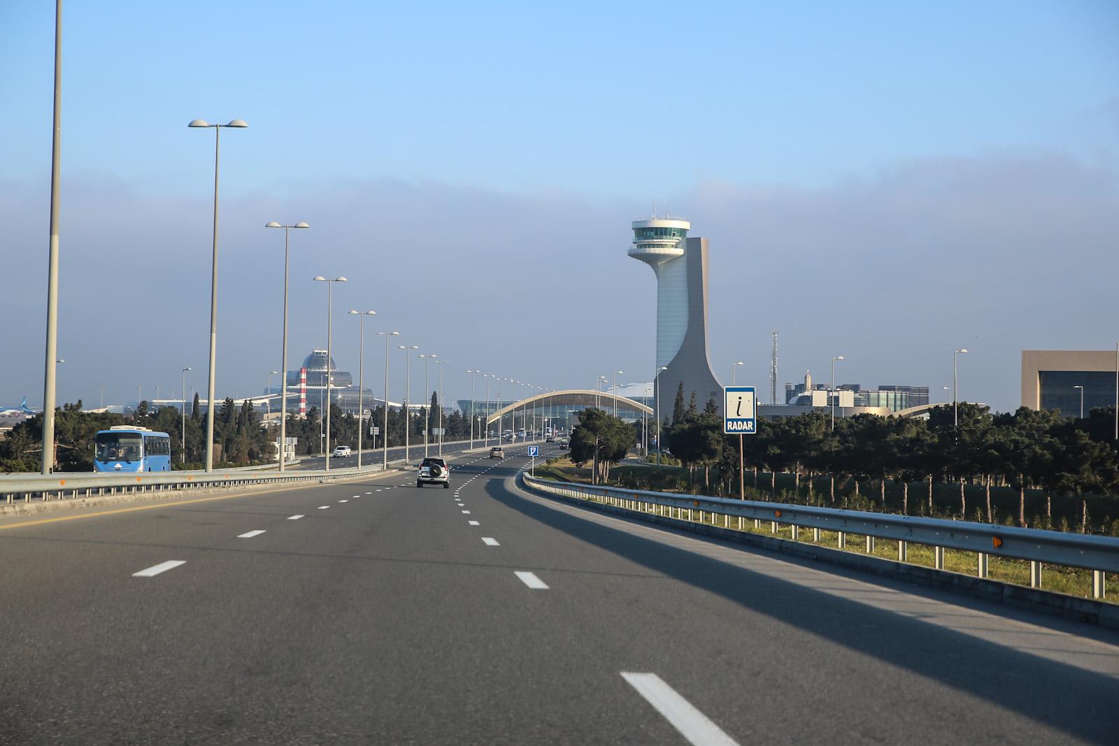 Перед въездом в аэропорт Баку имени Гейдара Алиева