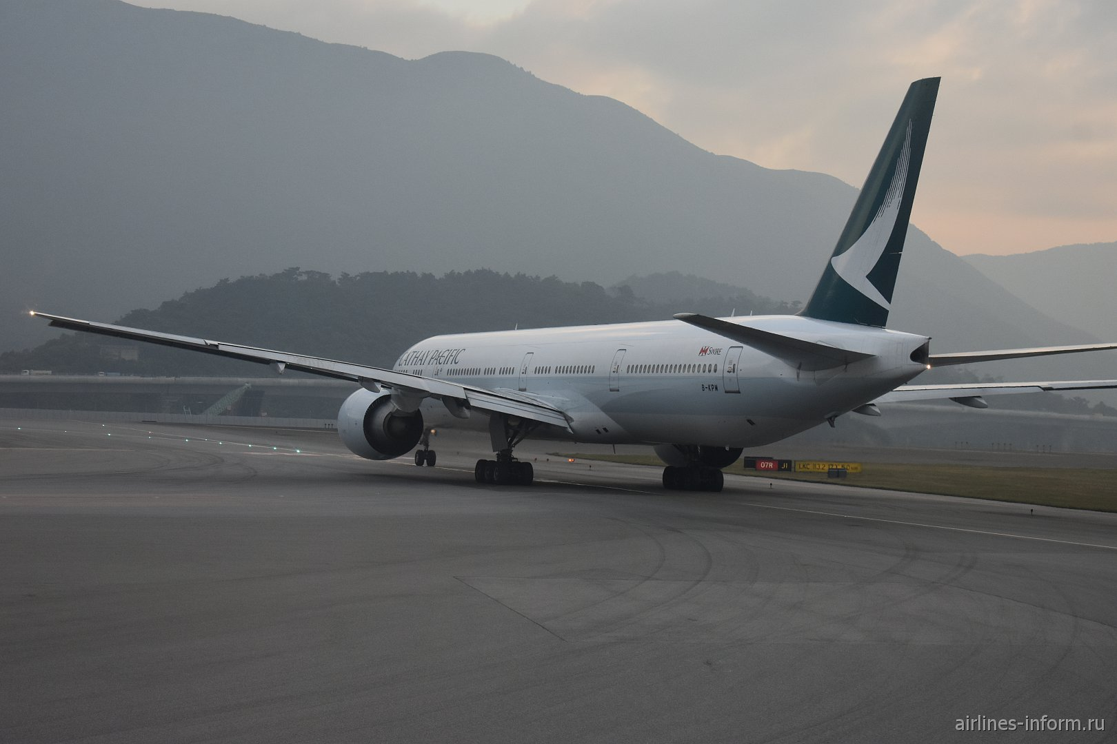 Боинг-777-300 авиакомпании Cathay Pacific перед взлетом в аэропорту Гонконга