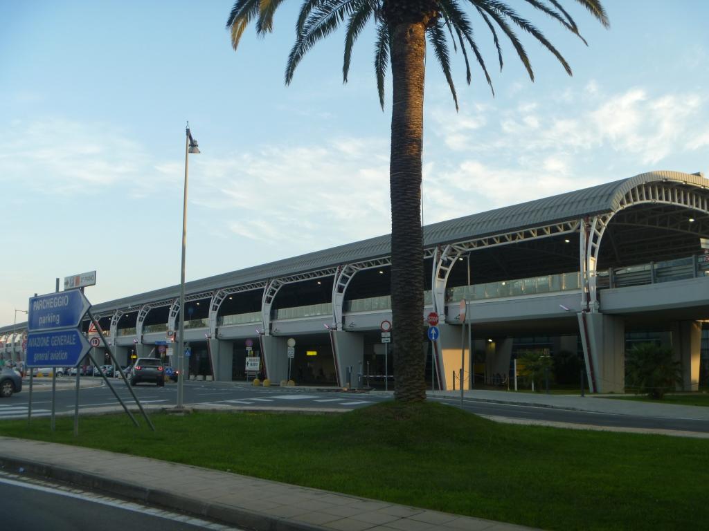 Автомобильная эстакада у пассажирского терминала аэропорта Кальяри