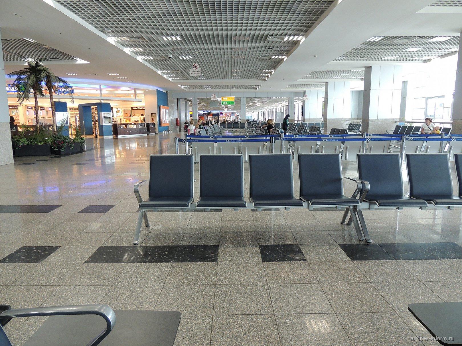 Зал ожидания в чистой зоне терминала 2 аэропорта Хургада