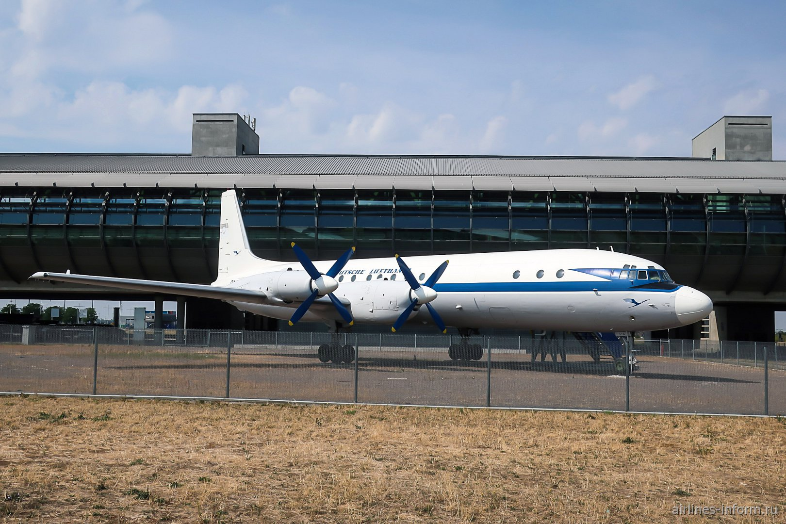 Самолет Ил-18, рег. номер DM-STA в аэропорту Лейпциг-Галле