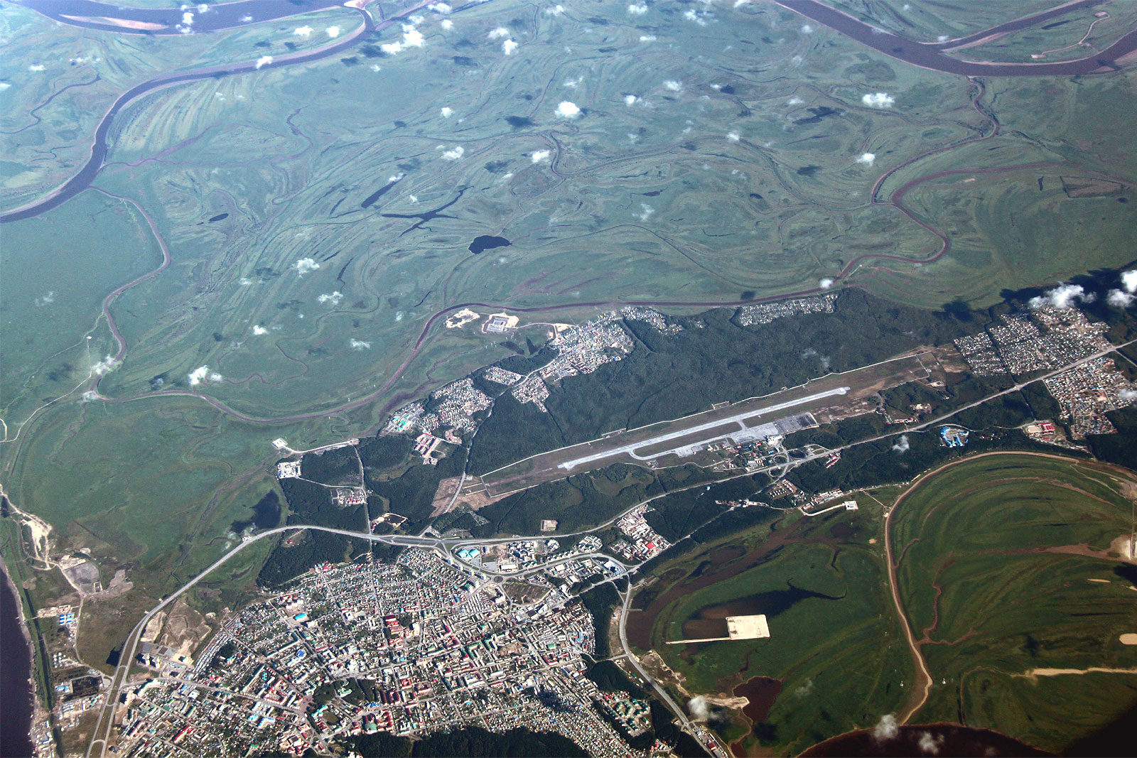 Вид на город и аэропорт Ханты-Мансийск