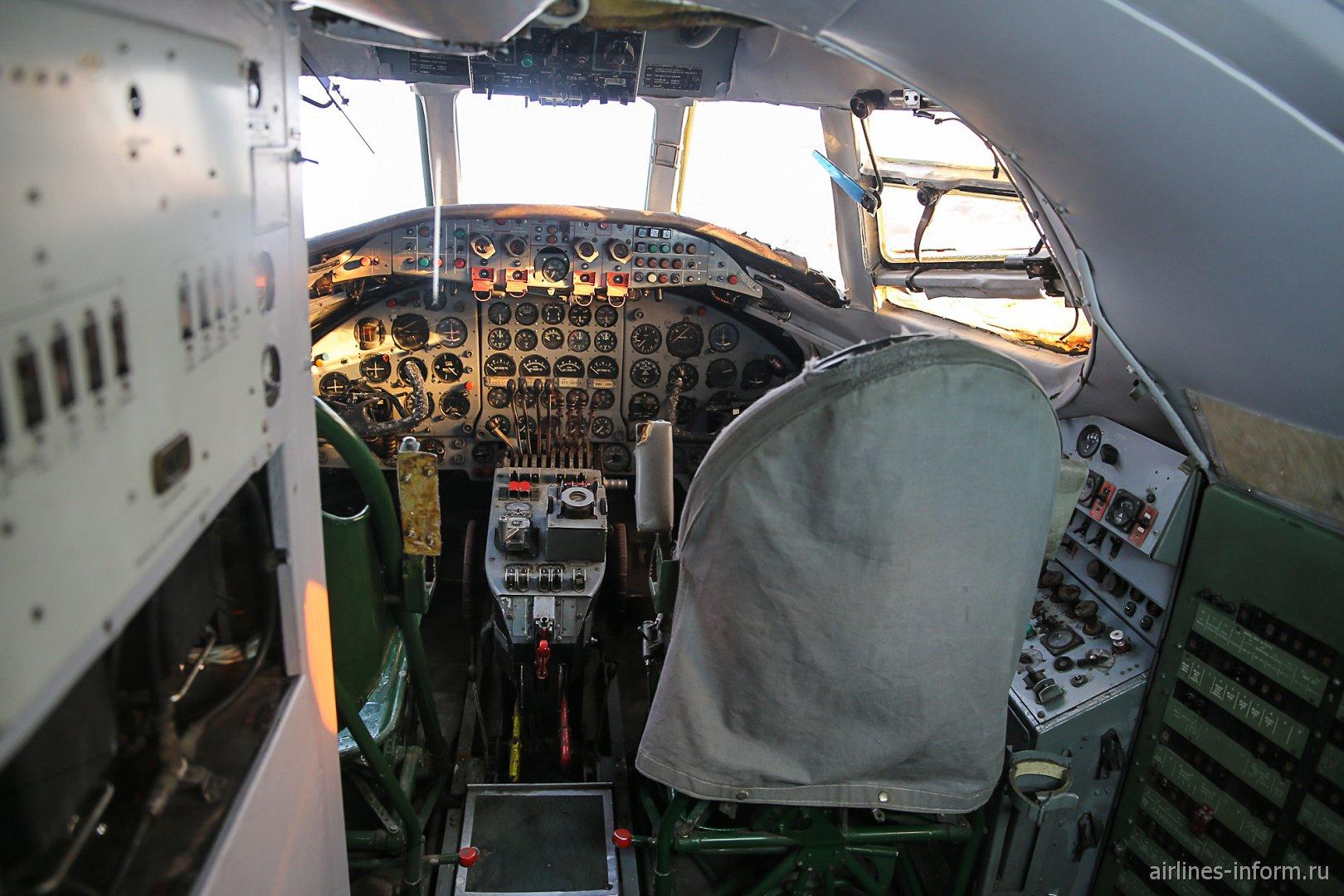 Пилотская кабина самолета Виккерс Вискаунт в музее техники в Зинсхайме