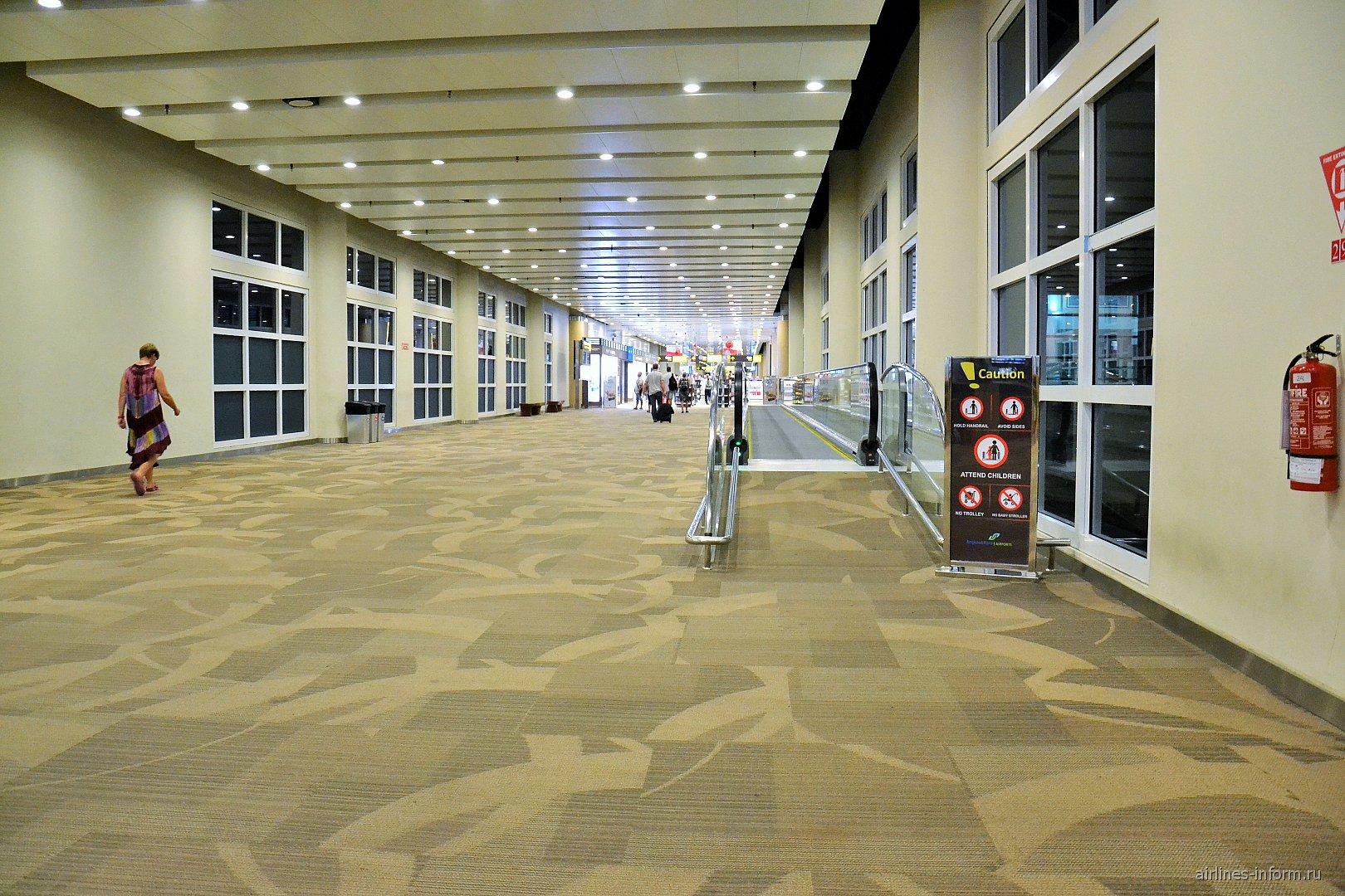 Пешеходная галерея в аэропорту Денпасар Нгура Рай