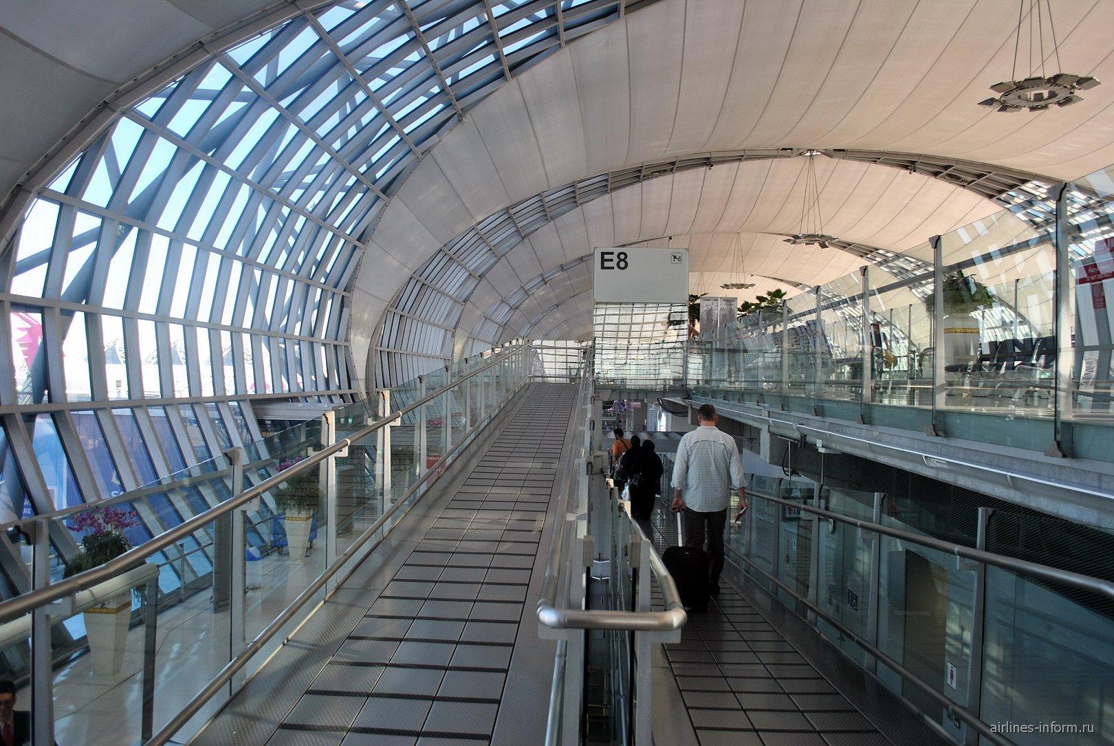 Выход к накопителю в аэропорту Бангкок Суварнабуми