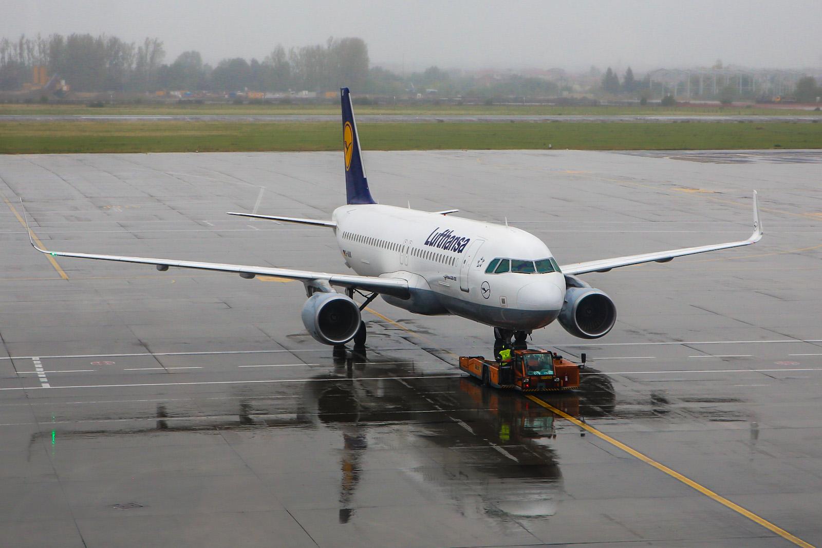 Airbus A320 авиакомпании Lufthansa в аэропорту Бухареста