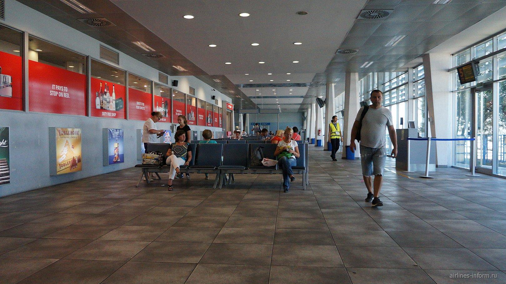 Зал ожидания в аэропорту Тиват