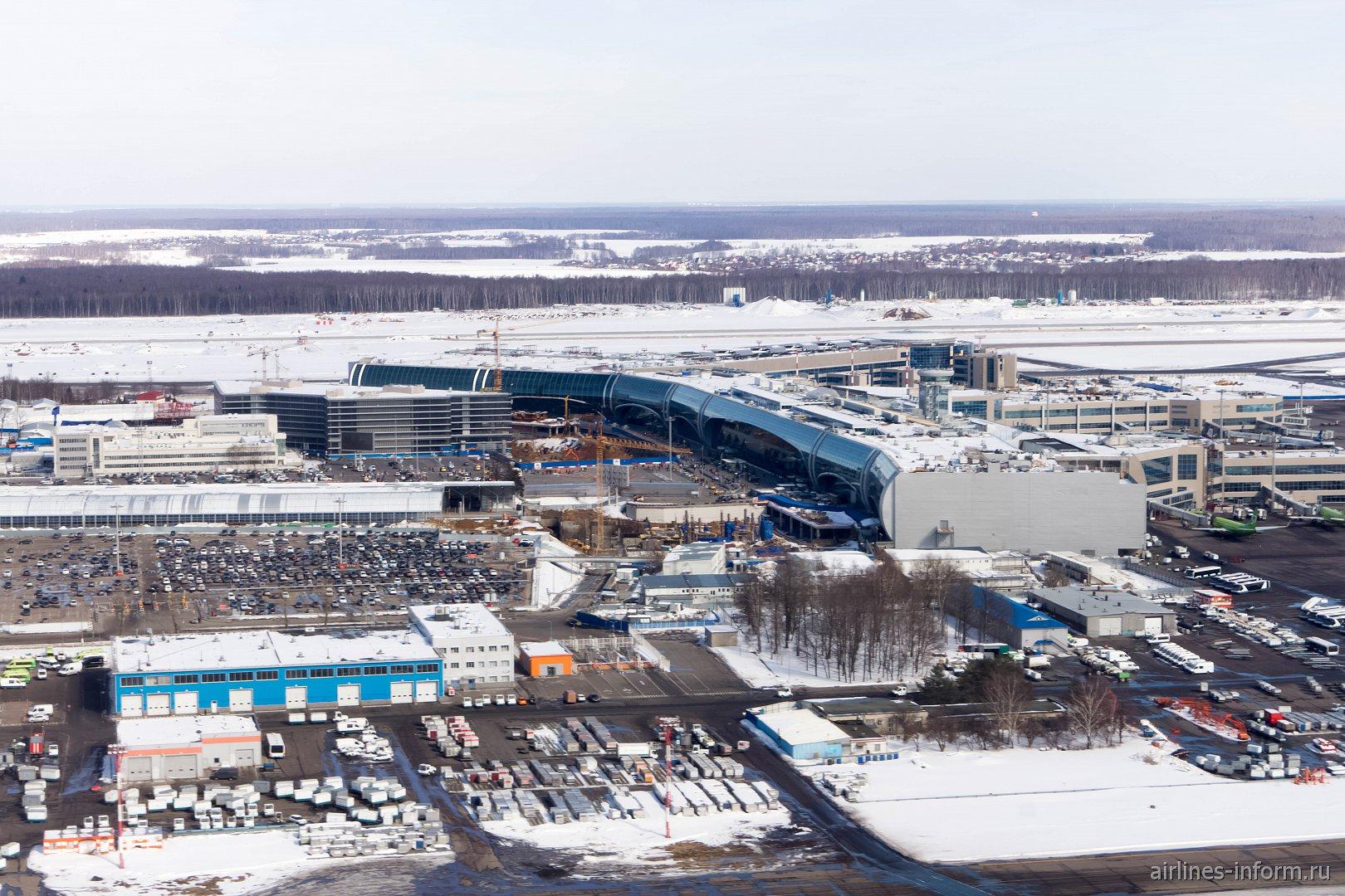 Пассажирский терминал и привокзальная площадь аэропорта Москва Домодедово