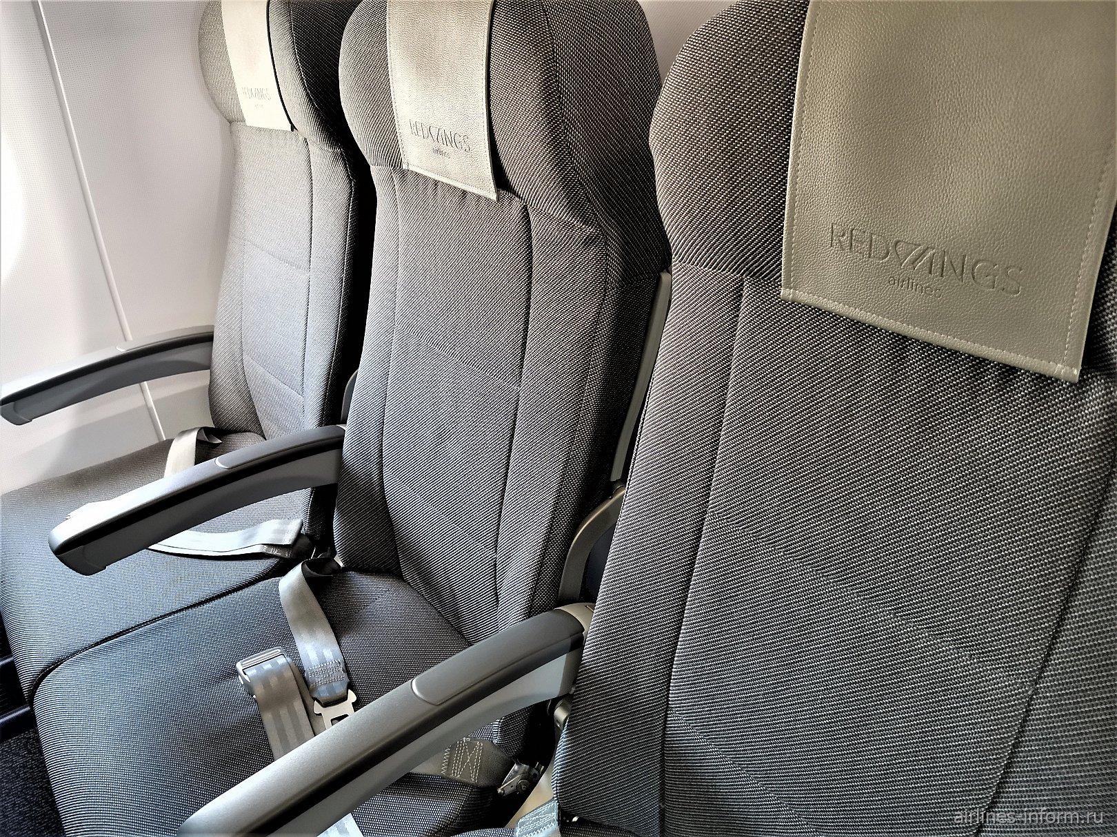 Пассажирские кресла в самолете Сухой Суперджет-100 авиакомпании Red Wings