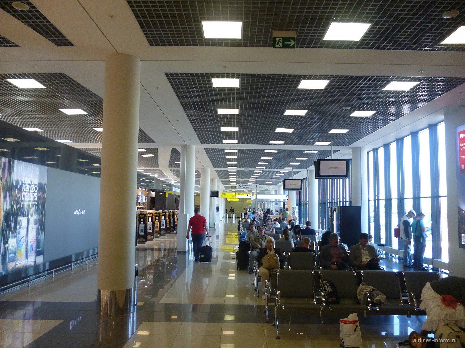 Зал ожидания в терминале Е аэропорта Москва Шереметьево