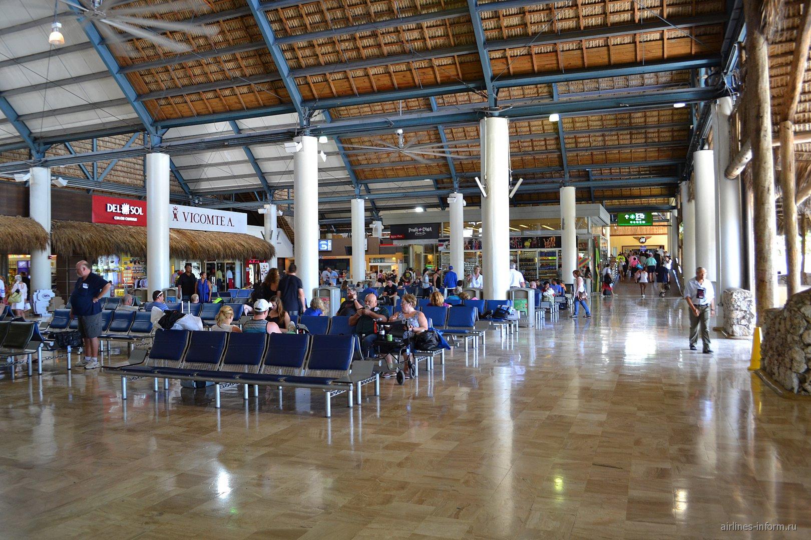 Зал ожидания в чистой зоне аэропорта Пунта-Кана