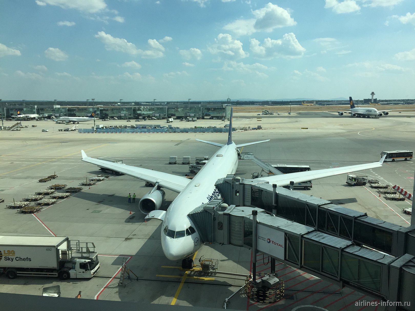 «Из немецко-итальянских записок..». Часть 1: Москва-Франкфурт с Lufthansa: нетривиальный самолет и полет в премиум-экономе