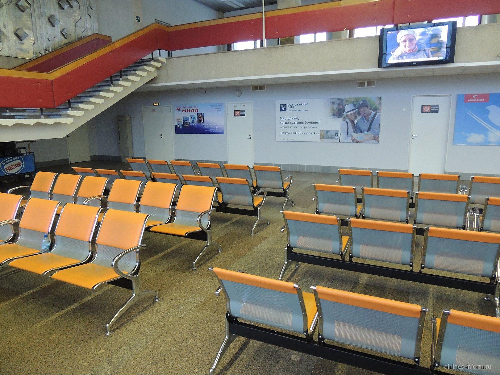 Зал ожидания в чистой зоне внутренних вылетов аэропорта Мурманск