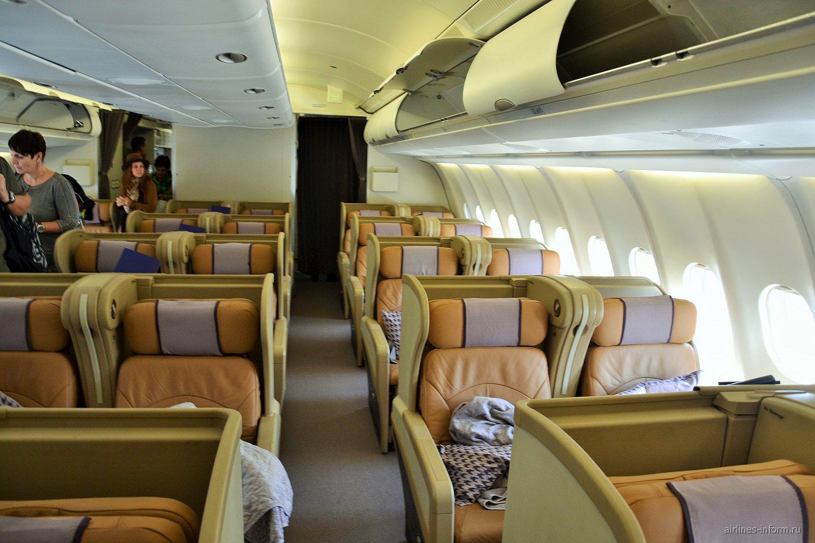 Салон бизнес-класса самолета Airbus A330-300 Сингапурских авиалиний