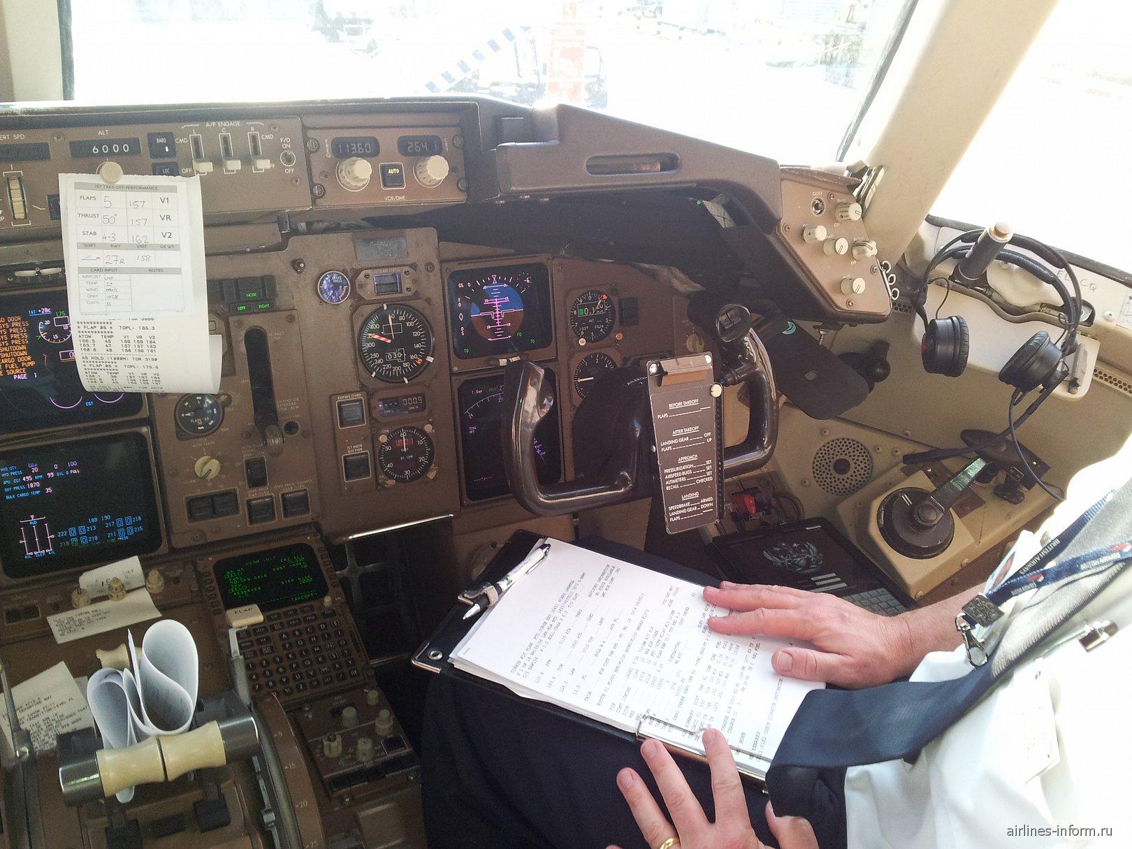 Приборная доска в самолете Боинг-767-300 Британских авиалиний