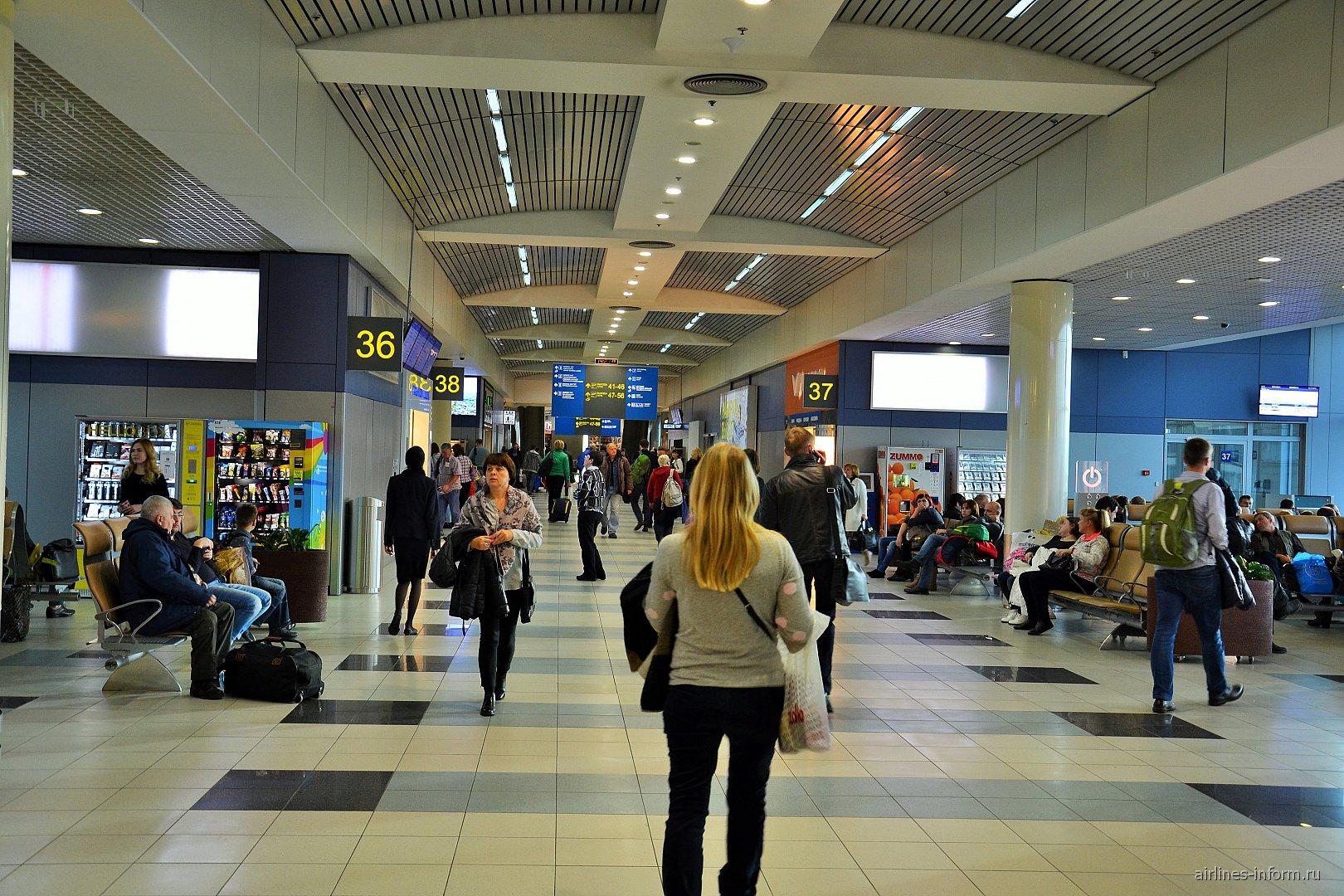 Галерея вылетов внутренних рейсов в аэропорту Домодедово