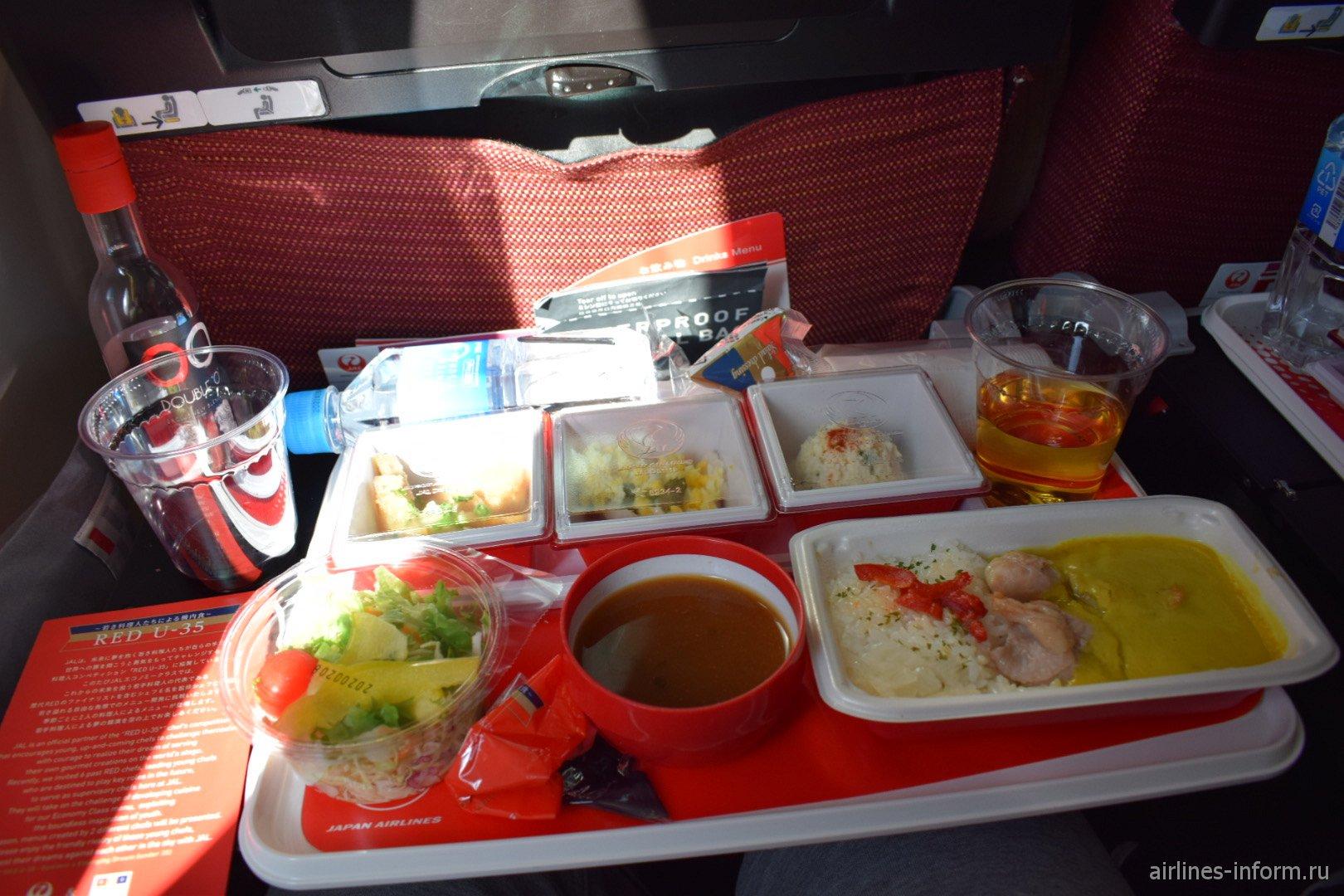 Бортовое питание пассажира эконом-класса на рейсе Токио-Москва японской авиакомпании JAL