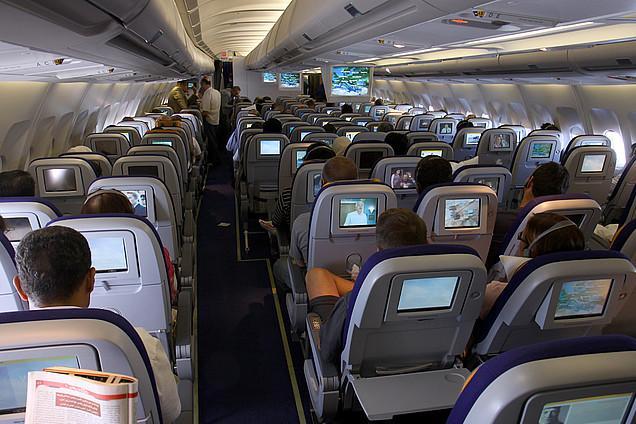 Салон самолета Airbus A340-600 Lufthansa