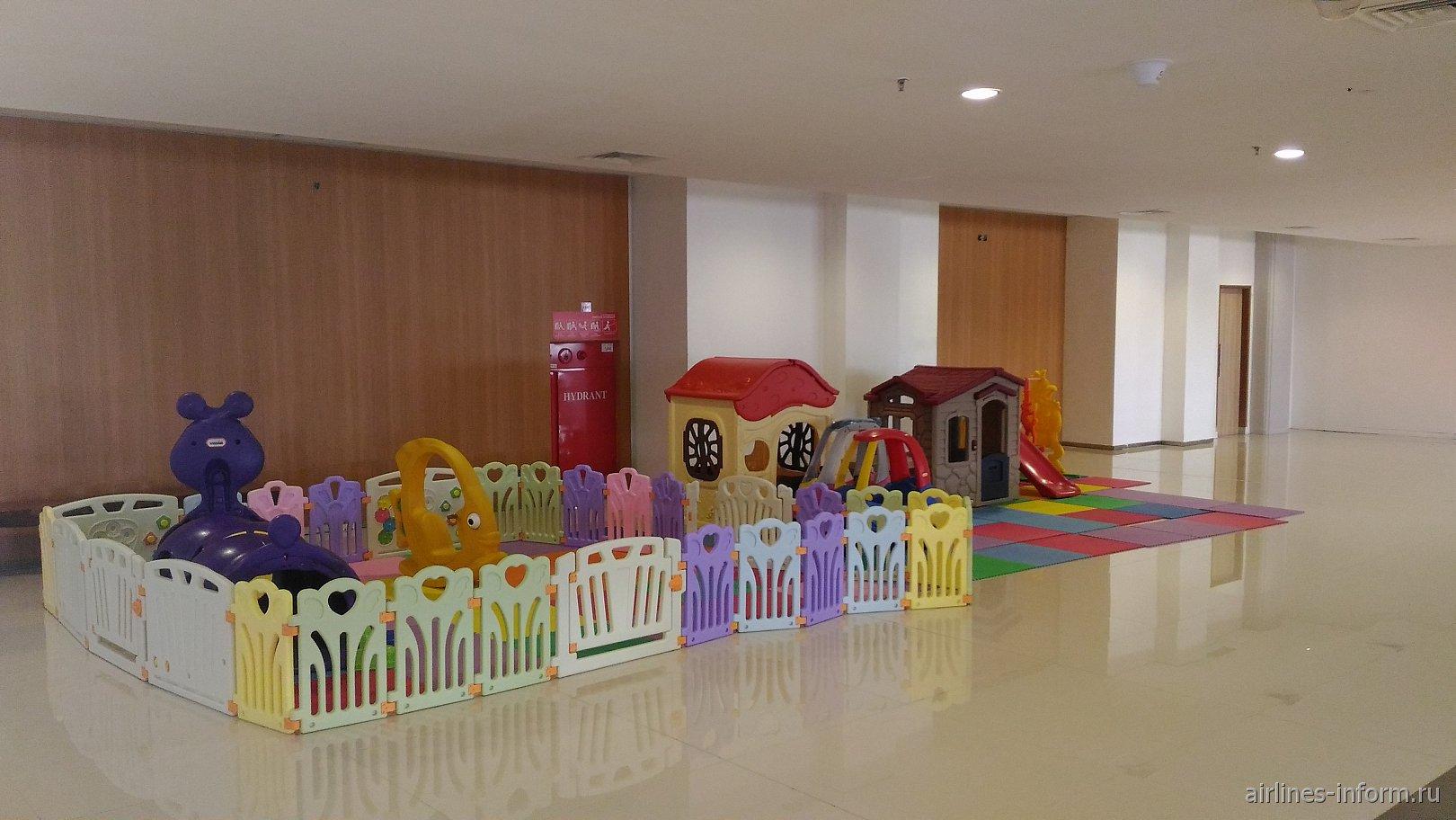 Детская зона в терминале внутренних линий аэропорта Денпасар Нгура Рай